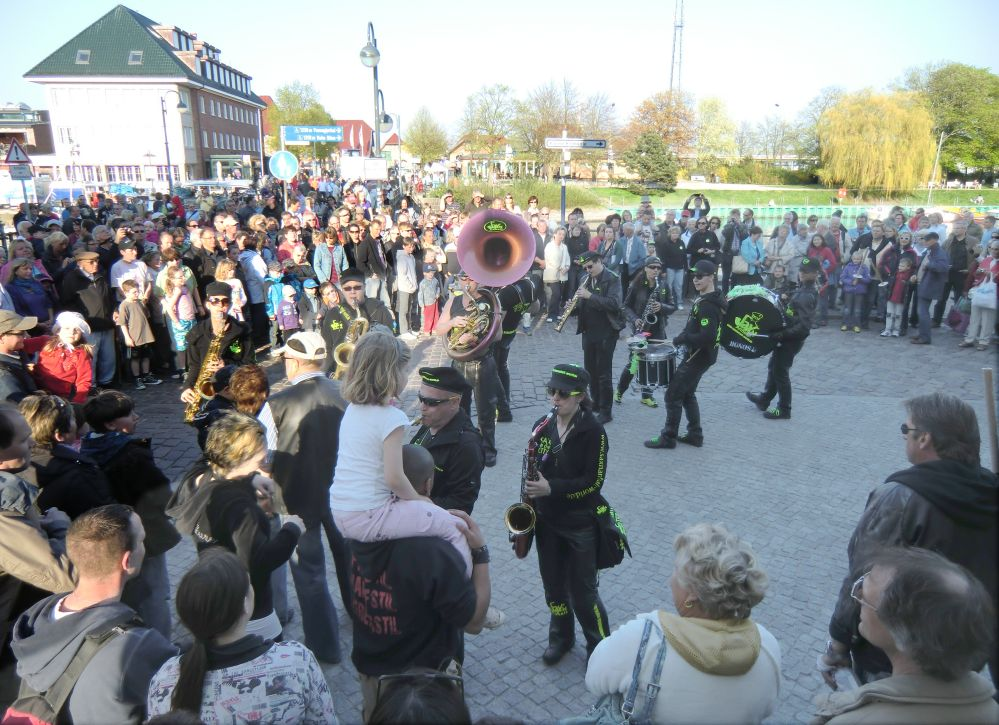 """Fackelumzug zu Ostern in Rostock-Warnemünde 2011 mit dem Sax'n Anhalt Orchester """"Saxo - Fun - Orchester Magdeburg"""""""