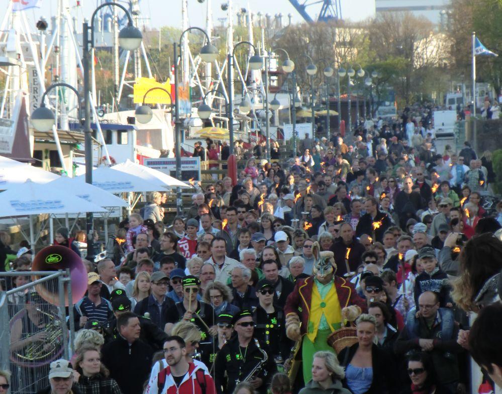 Fackelmarsch am Strom in Rostock-Warnemünde zum Osterfeuer am Strand
